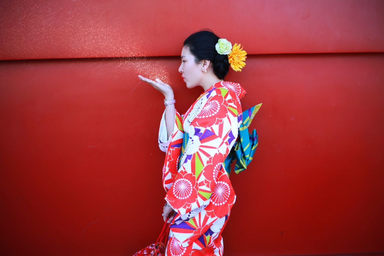 traditional clothing, kimono, real people, one person, standing, red, lifestyles, young adult, day, young women, outdoors