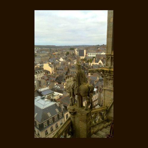 Entre les tours de la cathédrale de Quimper, statue de granit du Roi Gradlon à cheval, regardant en direction de la ville d'Ys engloutie. EyeEmBestPics EyeEm Best Shots Bretagne Statue Cathedrale Quimper Cathedral