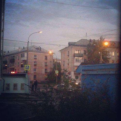 городскиесумерки вечер фонари машинавкустах вечернеенебо