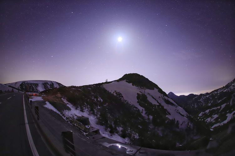 立ってる場所は群馬県、見ている場所は長野県😝おはよう~今日は雨☔ Landscape 銀河鉄道の夜♪ 一目惚れんず Astronomy Galaxy Space Milky Way Star - Space Star Trail Mountain Snow Moon Winter Space And Astronomy
