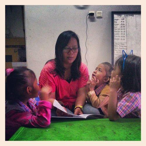 Anak-anak RumahBacaAsmaNadiaCiledug lg asik menyimak cerita tentang Penemuanrumah :) cc: @uchie_uch @asmanadia