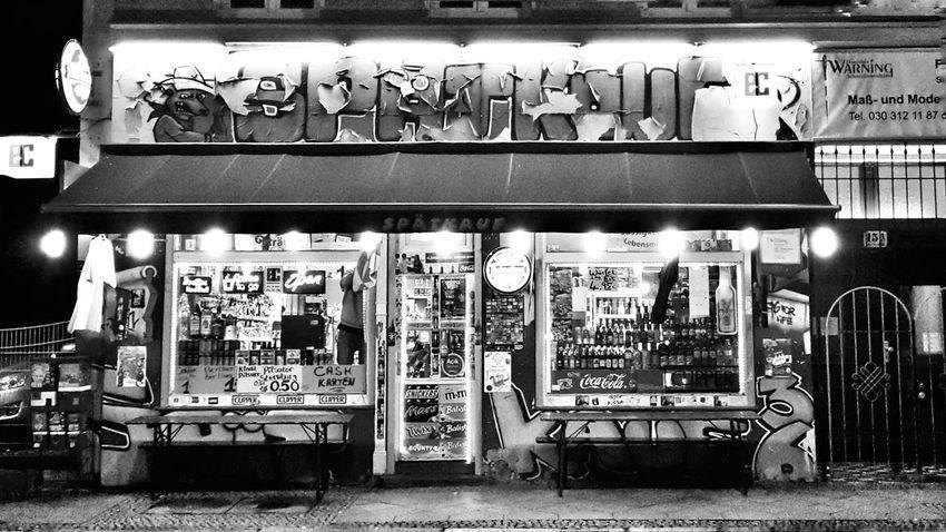 Xberg Kreuzberg Streetphotography Streetphoto_bw Fotography City Life Späti Kultur Streetlife Streetphoto Bigcitylife Night Discover Berlin