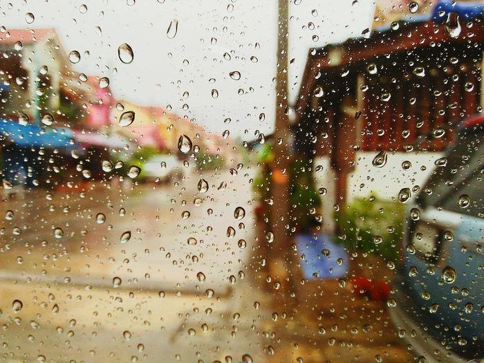 ฝนตกรถติด ชีวิตดีย์ดี กลับมาไวๆคนไกลคิดถึง ภาพความทรงจำ ครั้งหนึ่งในชีวิต ฉันเคยอยู่ในนั้น ชีวิตไม่หยุดอยู่แค่นี้ 📷👑❤💕👐 We Are All Still Alone 👧 On A Rainy Day ☔🌂 Waiting For Someone 🐶👎💞 being close is like being far away .😂(😥)📷❤💕💕💕
