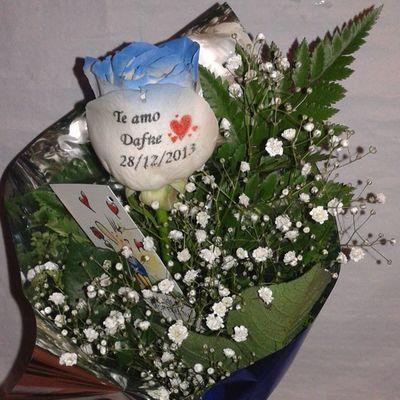 Preciosa manera de mandar un mensaje de amor, en una rosa natural con los filos azules y el petalo tatuado con un mensaje. En http://graficflower.com Rosasazules Rosaazul Regalosdecumpleaños Regalocumpleaños Rosas Regalooriginal Regalos Floresazules Ramosrosas Ramosderosas