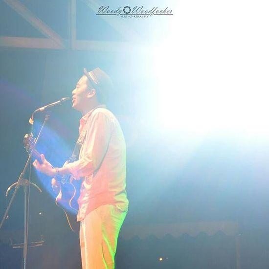 """ini mas @rombengan_ A.K.A """"Budi doremifasolasido"""" waktu perform di Terapungfest2015 . Entah saat itu beliau sedang open mic atau nyanyi yang pasti hadirnya makhluk ini bikin pecah suasana. 👏👏👏👏 Visitkalsel SouthBorneoTravellers Iamacreativ Thecreativmovement Concert Perform Portrait Photooftheday ___________________________________________________"""
