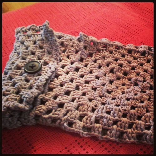 If only my daughter would let me take it apart... but she loves this awful pouch and refuses to give it back ;) Crochet Tablethülle Grannysquare Try