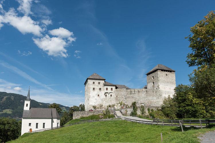 Aussenansicht Burg Burg-Kaprun Burgkapelle Himmel Pinzgau Salzburger Land Spätsommer  Wolken Architektur Fassade Hl. Jakob Kaprun Österreich