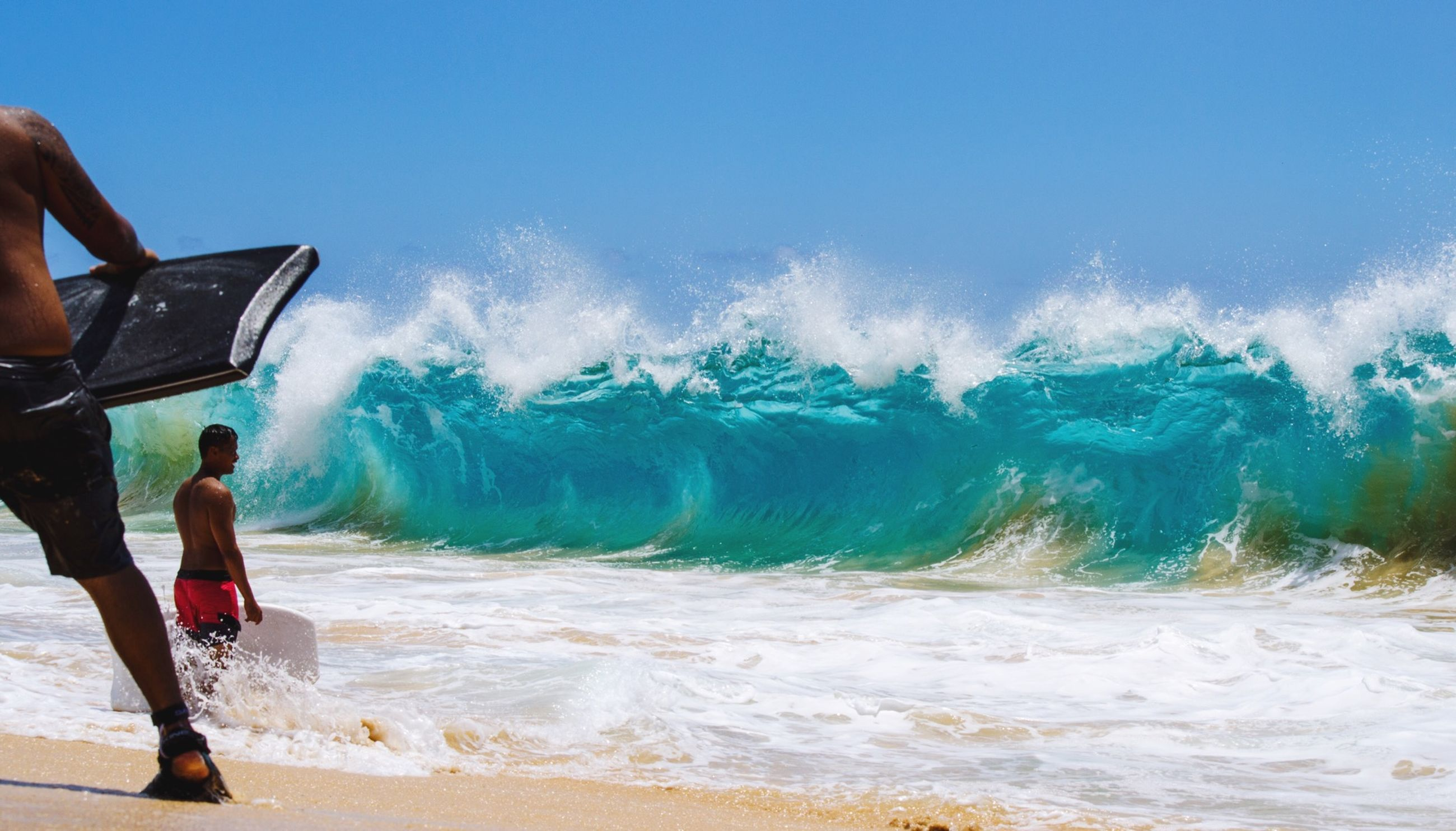 lifestyles, leisure activity, sea, water, beach, motion, men, wave, surf, vacations, full length, shore, sky, horizon over water, holding, standing, sand, scenics