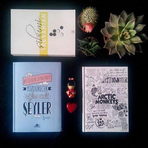 Böyle güzel hediyeler mi olur ya hepsi benlik 👯💙🎁 P.S: Articmonkeys defteri kendi kendine hediye aldı 😜 Sibumi Trevanian trf yazılmış . Gooyunu ile uzakdogu felsefesinin derinliklerine inmeyi planlıyorum. Mrwonderful 'un Sizimutlulukdenizindeyüzdürecekeğlencelişeyler 🌈 kitabı tam bir Supergirl Basucukitabi 💪💙📖 Ve tabi Dnr 'dan dayanamayıp aldığım Artic monkeys defteri 📒 Defterbagimlisiyim evet 👻📝 Super Succulent 'ler 🌵💛 Tesekkurler 😍 Readyfor2016 Read Write Fly Yesiamsupergirl Books Succulove Notebookaddict Love Eyesofmoon 💜💙💖 Happybirthdayalexturner