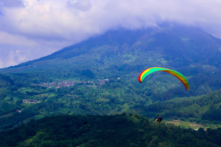 Paralayang Paragliding Extreme Sports Parachute Flying Tree Adventure Sport Mountain Multi Colored Social Issues Parasailing Stunt Person Gliding Skydiving Kiteboarding Sports Activity Windsurfing Aerobatics Ballooning Festival Hot Air Balloon Stunt Tranquility Valley