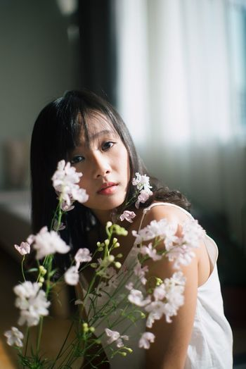 Looking At Camera Beautiful Woman Beauty Contemplation Flower Front View Lifestyles One Person Portrait
