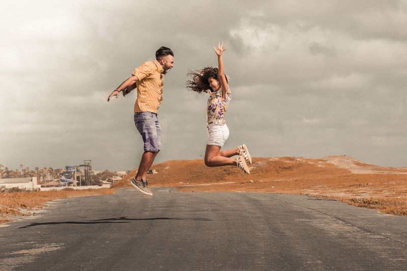 amor, sinceridade, carinho, paixao Casual Clothing Cloud - Sky Day Emotion Enjoyment Full Length Fun Human Arm Jumping Leisure Activity Lifestyles Nature Outdoors People Positive Emotion Real People Road Sky Togetherness Two People Young Adult Young Women