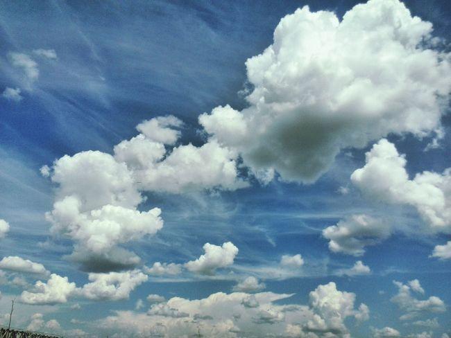 Прекрасное небо в прекрасный летний день Hello World