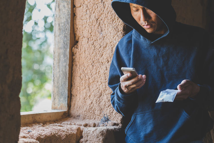 Drug dealers use the phone to contact the customer, drug trafficking, crime, addiction and sale.