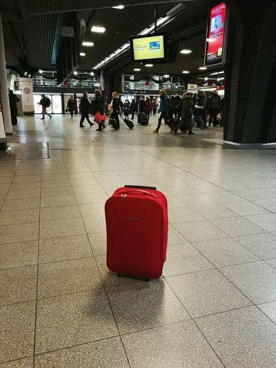 La valise abandonnée... Voyager Seul Voyager Dans une.grande Belge.... Gare Valise