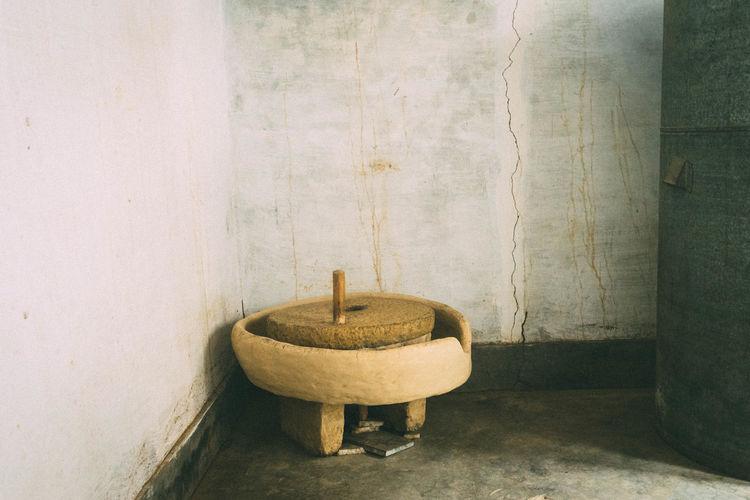 Manual stone grinder