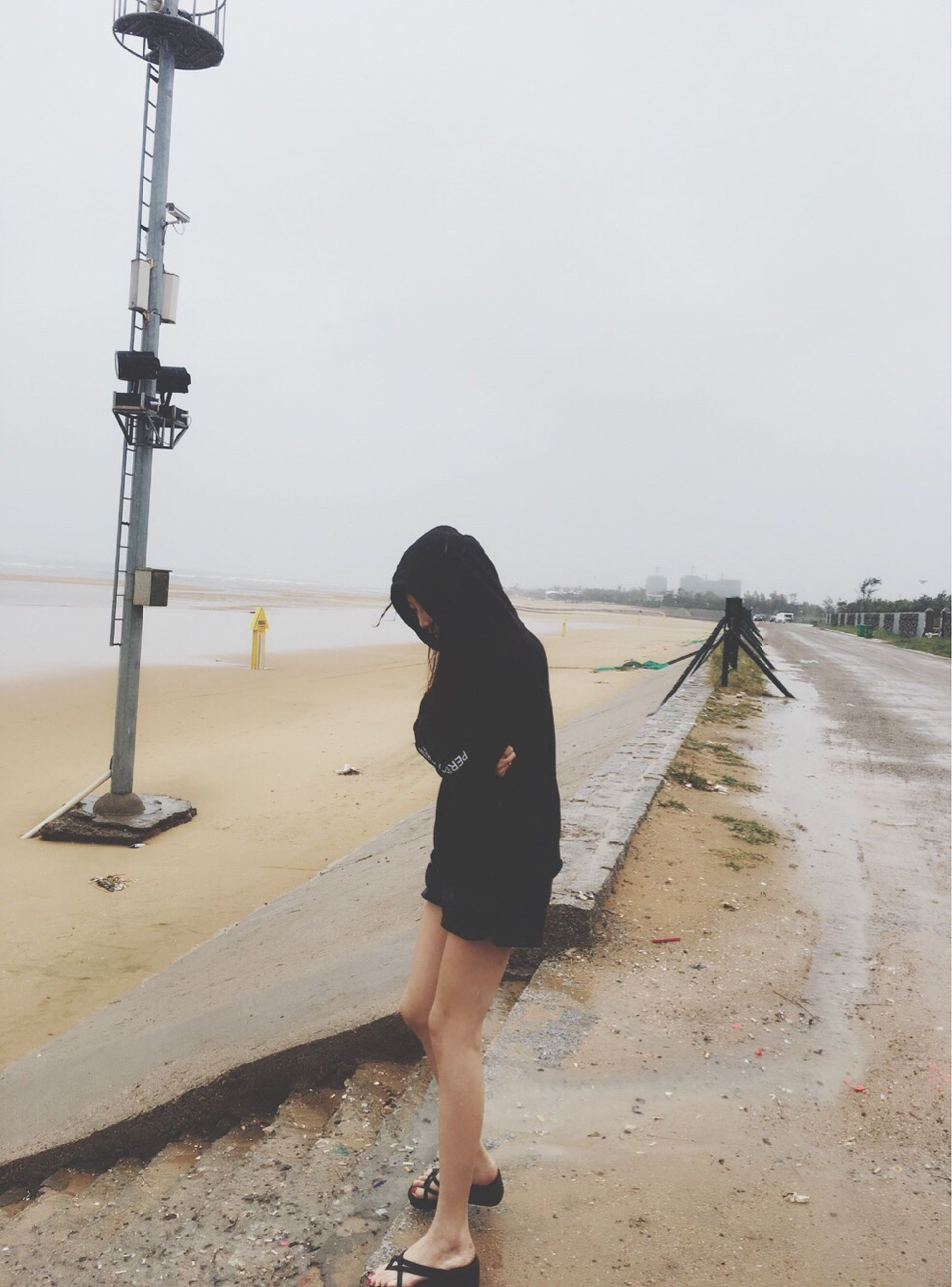 clear sky, full length, walking, copy space, rear view, sea, tranquil scene, scenics, day, sky, tranquility, casual clothing, outdoors, nature, person, beauty in nature, vacations, shore, solitude