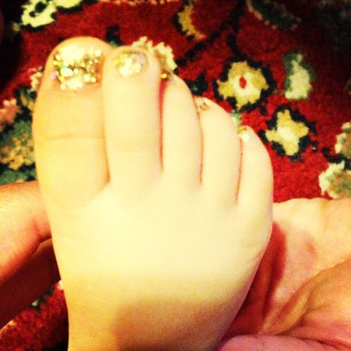 painted my little sisters toe nails ^_^