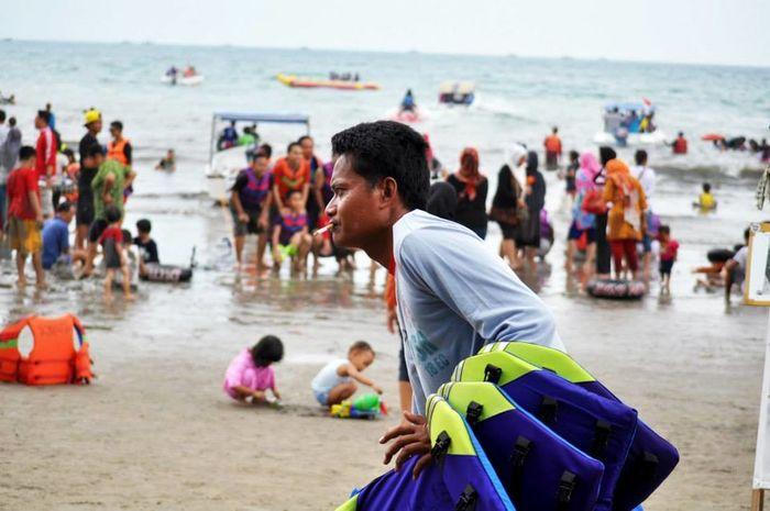 Carita Beach in Banten Province, Indonesia. Banten Beach Life Carita Beach INDONESIA Tourist Attraction  Beach Human Interest Indonesia Wonderful Indonesia