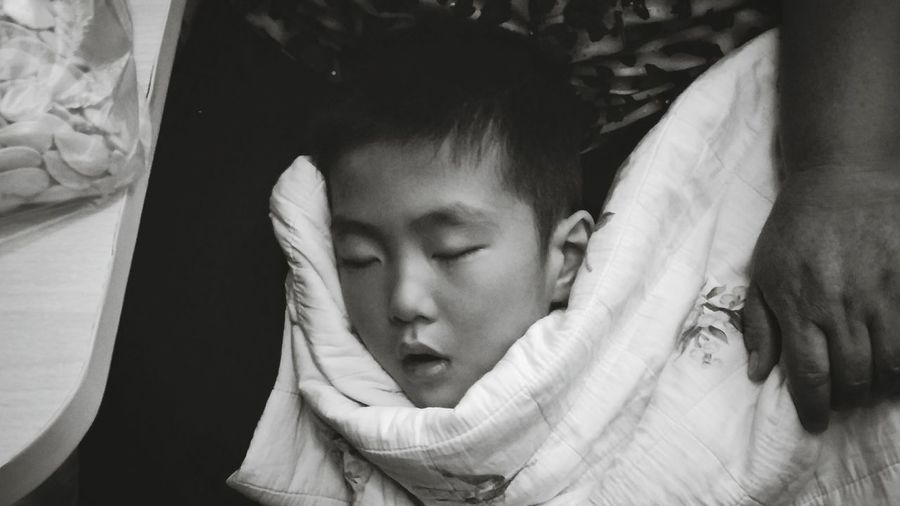 火车上终于睡着了的熊孩子