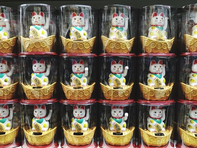 Beautifuly Organised Large Group Of Objects Retail  Arrangement In A Row For Sale Luckycat Lucky Lucky Cat Lucky Cats Chinese Raise Your Hand Japanese Cat Japanese Culture Welcome Shop Fortune White Cats A Lot Of Cats Cats Fortune Cat