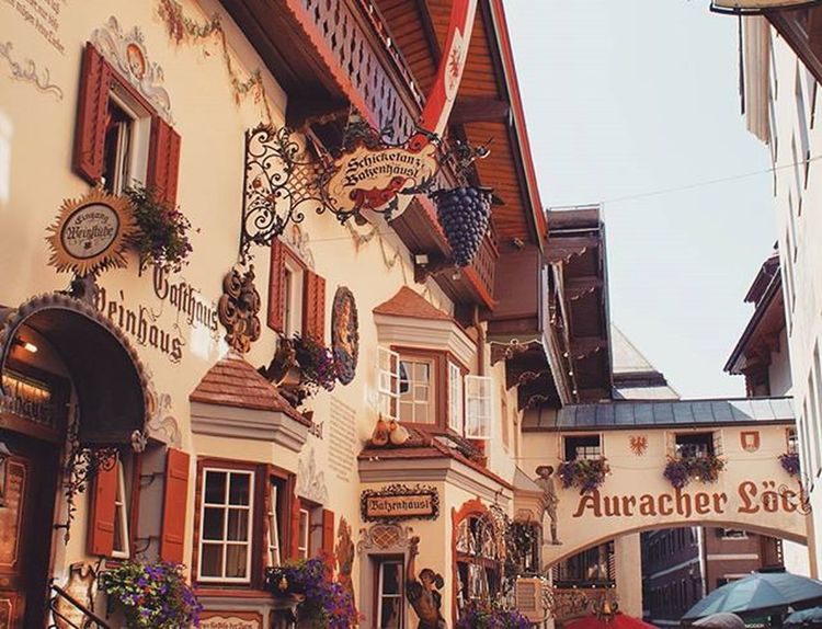 Beautiful Architecture and Design of Old Buildings in an Alley . Römerhofgasse Street . Near the Citycenter . Kufstein Tirol  Österreich Austria . Taken by my Sonyalpha A57 DSLR Dslt . تصميم معمار زقاق النمساء
