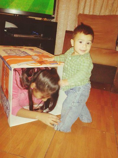 santi tenia miedo de la caja,y claro aqui tenemos un claro ejemplo de inspiracion de confianza por su tia karen:)