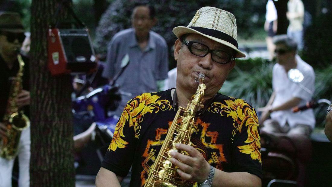 大街上的演奏家 One Person Holding Performance Focus On Foreground Musician