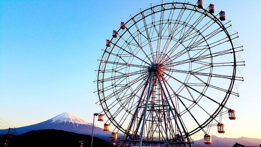 おはようございます。今朝7時頃の東名高速道路上り線富士川SAに建設中の観覧車と富士山です。昨日よりゴンドラを設置し始めました。楽しみですね。 富士川楽座 富士川SA 富士市 Fuji City 東名高速道路 おはよう Good Morning! Sunrise 観覧車 Hello World