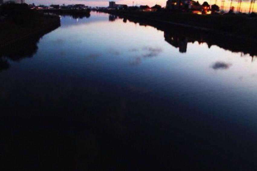 朝焼け 川面 映り込み