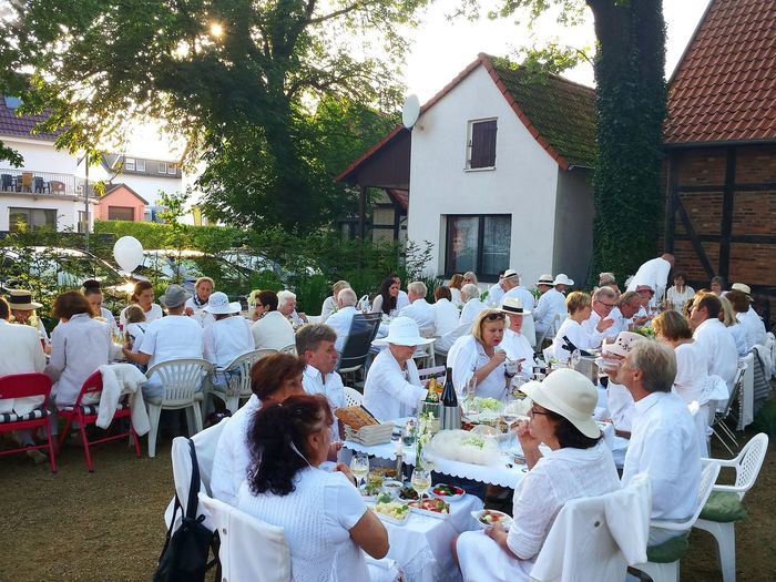Diner En Blanc Living The Good Life Relaxing Sublime Living Festlich Eingedeckter Tisch Enjoying Life Showcase August Ladyphotographerofthemonth Diner Time  Check This Out White Hats White Eating Outdoors Picknick In White Gourmet Dinner People In White Clothes White Clothing The White Collection The White Album Beliebte Fotos Festliches Ambiente Flashmob Dinner In White Dinner Time Weiß Gekleidete Gesellschaft This Is Aging