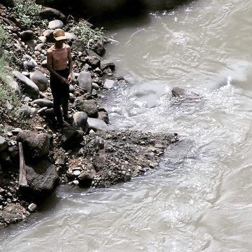 Traditional fishing in the river. Mancing Fishing River Cianjur Citarum Photocianjur Humaninterestphotography Humaninterest Huminesia Water Photooftheday