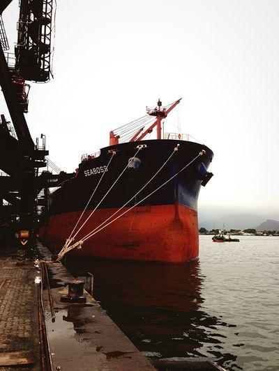 Embarque de açúcar no Armazém 20/21. Navio Seaboss . Nautical Vessel Ship Atracado no Porto De Santos . Em Santos - Brasil