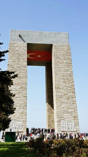 Bu vatanın değerini anlamak için Çanakkale destanını bilmek gerekir. Çanakkale demek Koca Seyit demek,Nusret Mayın Gemisi demek, Tokat'ın onbeşlileri, 57.Alay demek, vatan uğruna şehit olmayı ve geri dönmemeyi göze alan binler demek, varını yoğunu vatanın kurtuluş için feda eden halk demek, Gazi Mustafa Kemal ve silah arkadaşları demektir... Unutmayalım, unutturmayalım.. Vatan uğrunda canını feda eden her vatan evladının ruhu şad olsun.. 18martcanakkalezaferi çanakkalegeçilmez çanakkaleşehitlerimizirahmetleanıyoruz Çanakkale Abidesi Landscape Eternity And A Day Weneedamiracle EyeEm Gallery Capture The Moment