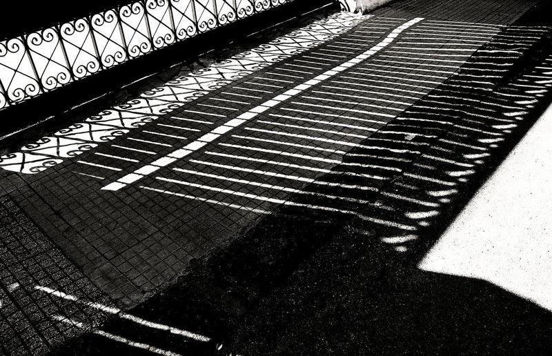Ambientazione Esterna Bianco E Nero Cancello Gate House Italy Luce Del Sole Marciapiede Motivi Geometrici Ombre Primavera Rometta Shadows Sicily Sidewalk Spring Strada Sunshine Whiteandblack