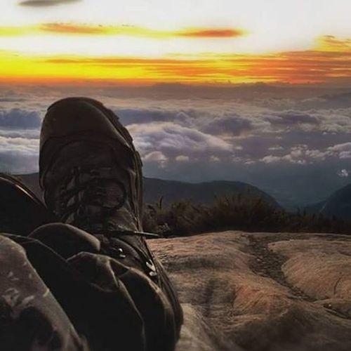 Boa noite guerreiros e guerreiras! Esta foto vai para todos que estão à caminho do Alto Caparaó, curtir o nascer do sol no 🗻 Pico Bandeira, 3º maior do Brasil! Essa foto foi tirada lá, em maio deste ano. Varamato Caparao Altocaparao Turismomg Minasgerais Otempo Pico Montanha