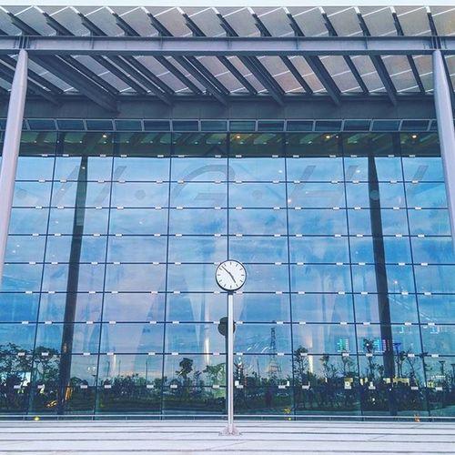 車站大廳內如溫室花園,呈現在地花鄉意象,雖然車站小間但溫暖光亮,不愧是姚仁喜建築師 - 收假,希望下次可以放18😂 - 田中 高鐵彰化站 姚仁喜 Highspeedrail THSR Station Tianzhong Changhua Taiwan Time Clock