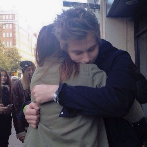 I will kill for a Hemmo hug ... ??? Luke Hemmings 5SOS Hemmohug