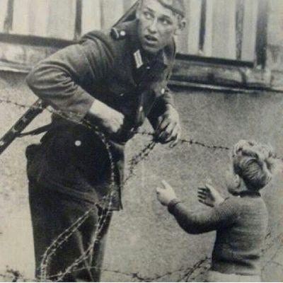 """. . . . . . . . جندي برتبة ''إنسان"""" من ألمانيا الشرقية فتح السلك لطفل من ألمانيا الغربية ليلحق بأهله فأعتقل وأعدم هذا هو ثمن الحرية .... الى_احدهم . . . . . . . . ."""
