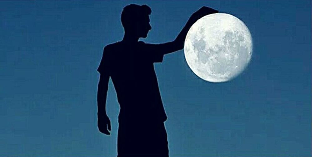 Few days ago was really nice moon view so I discuss with my friend to make a photo where I am with hand on the moon was great night Sky Space Moon Human Hand Adult One Person Night First Eyeem Photo