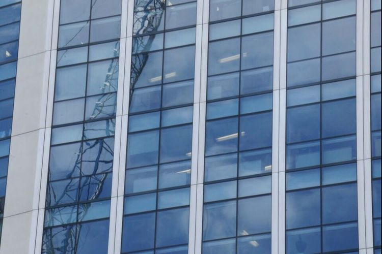 love taking photos of the architecture of London ♥️ Buildings Check This Out Reflection Crane London Love It Trip Photography Canon Framing