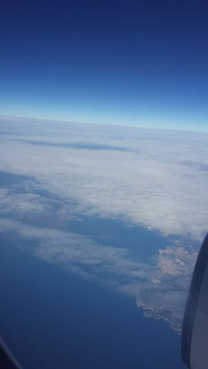 Göçmen kuş misali alanda, yine Antalya yollarındayım... Geçenlerde farkettim uzun zamandır Antalya yolculuklarımı gündüz yapmadığımı. Halbuki en sevdiğim seylerden birisidir Antalya için alçalmaya başlıyoruz anonsu. Severim çünkü denizin üzerindesin, sevinirim çünkü uçak sağa sola manevra yaptığında uçağın penceresinden elini uzatsan denize dokunacakmışsın gibi hissedersin.. İstanbul'da yaşıyorum güya; denizin dibine kadar gitmeyeli on günden fazla olmuş. Oysa denize yakın olmak iyi hissettirir, denizin kokusu, rüzgarın tenine değişi, dalgaların sesi huzurun ta kendisi... Zaman geçse de eve varsam... Göçmen kuş demişken yune havada gördüm, hem de az önce. Artık hep görüyorum yoksa bu bir işaret mi bilemedim... Capture The Moment Untold Stories EyeEm Gallery Eternity And A Day Ineedamiracleformylostsoul Nature Flying High Over The Clouds Eye4photography  EyeEm Best Shots Clouds And Sky Broken Heart Capturing Freedom Like A Bird Sky Happy Friday