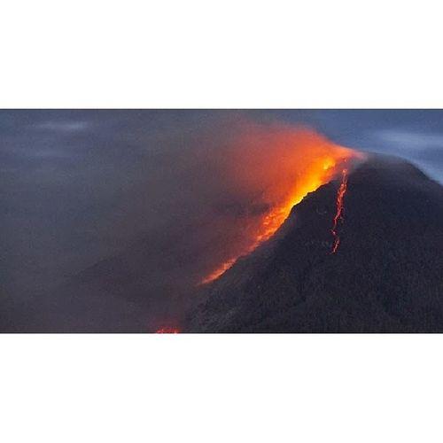 Hot lava runs down mount sinabung Sinabung INDONESIA Prayforsinabung NorthSumatra instapic instaday instanature instagram instadaily instapeople erups follow like