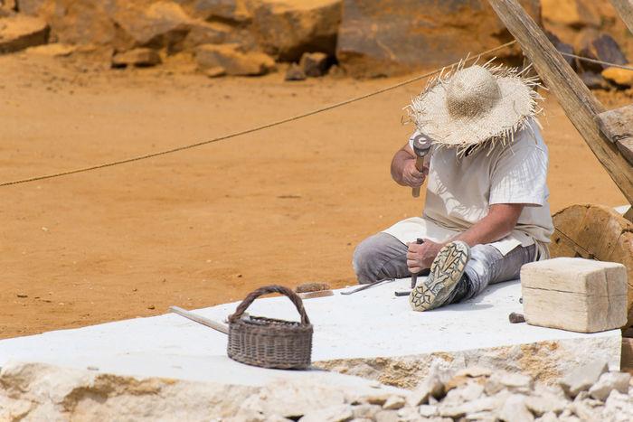 Stone Cutting Stonecutting Stone Cutter Career Quarry Stonemason Stonemasonry Stonemason Art Stone Material Stone Worker Working Men Sand Desert Straw Hat Sun Hat