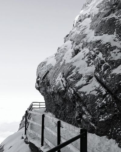 Felsen Schnee Mountain View Black And White Photography Snow Path Pathway Geländer Handrail  Gebirge Mountainside Licht Und Schatten Light And Shadow Black And White Friday