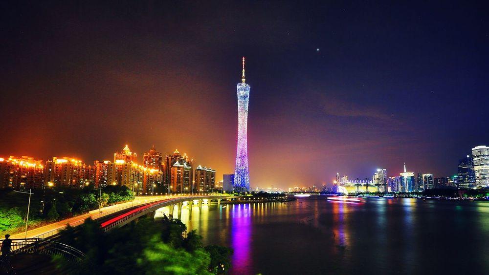 广州,小蛮腰~昨天见天气不错,一下班马上开车去猎德桥下。这是我在太阳落山前能赶到最近的适合拍夕阳的地方。到了以后才发现那里摄影师一字排开,已经没有好机位了。。。去的时间刚刚好,夕阳染红了天空,色彩非常漂亮。 Guangzhou China Beautiful Day Clouds And Sky Light And Shadow Tower River Building Check This Out Night