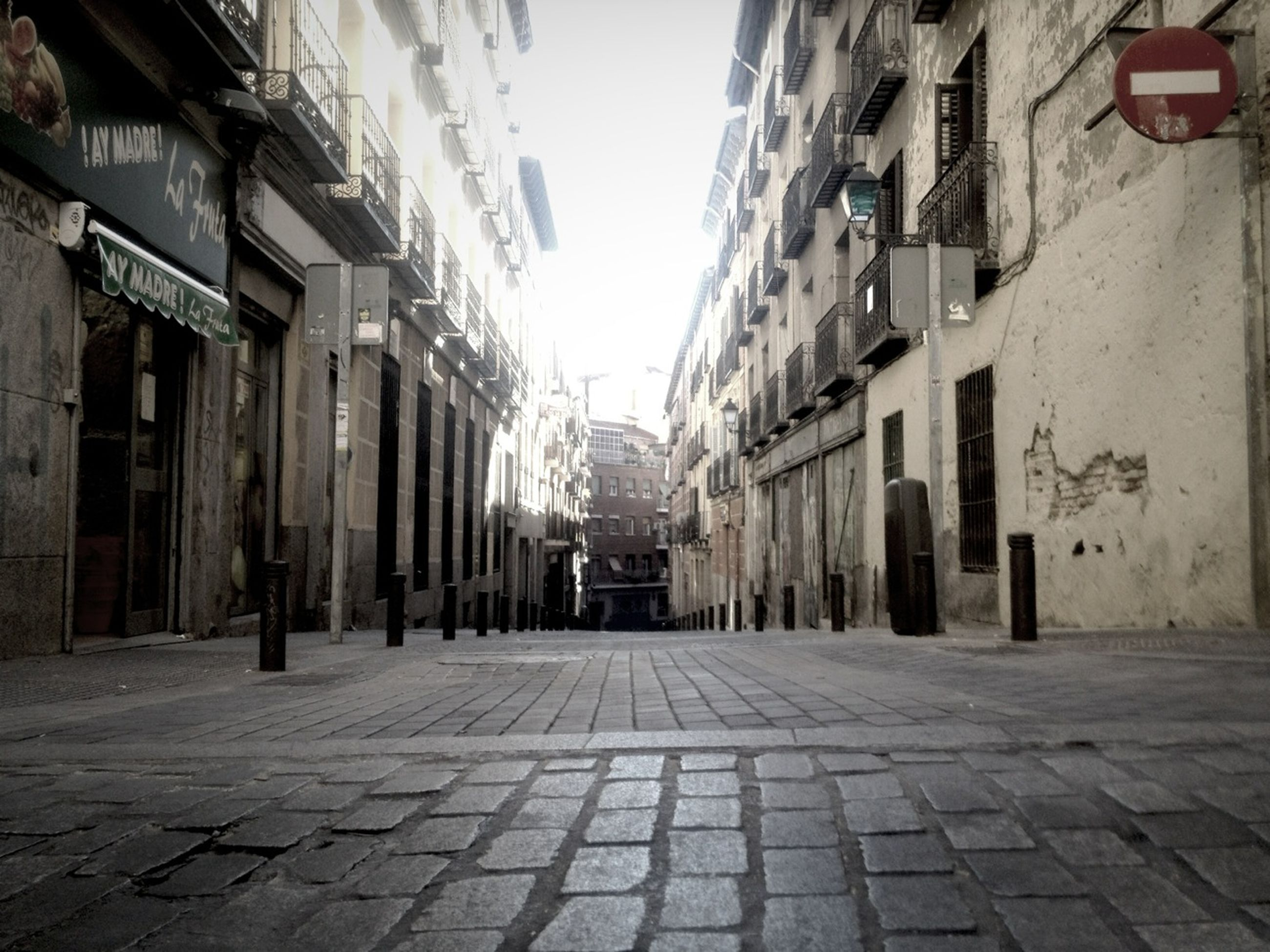 building exterior, architecture, built structure, the way forward, street, residential building, building, residential structure, city, cobblestone, diminishing perspective, alley, narrow, vanishing point, sky, house, transportation, outdoors, day, town