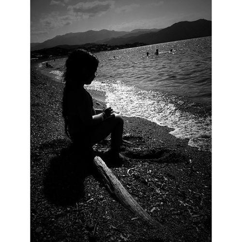 ... je sais que tu aimes cette plage.. ces petits poissons qui nous picorent les pieds ;) ces contres jours. ... tu es venue sur mon île avec ta petite famille. . Avec mes princesses nous avons été tres heureuses de vous rencontrer ... une belle rencontre qui restera gravée en nous ♥. .. un beau moment trop court.. je t offre cette photo un peu A_la_maniere_de toi ma Steph @stefania131313 ... de gros bisousss a vous 4...a très vite... Bonne soirée les gens.. ..