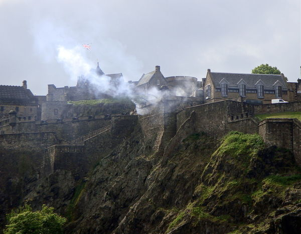 Bursts of fire Building Exterior Bursts Of Fire Day Edinburgh Edinburgh Castle EdinburghCastle Edinburghcity Hill Outdoors Photography In Motion Scotland I Love Scotland Capturing Motion Capturing Movement