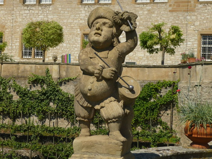 Trommeln gehört zum Handwerk Weikersheim Bauch Dicker Bauch Dwarf Drums Barock Sculpture Skulptur Sandstein Sandstone Music Musician Musiker Trommel Trommeln Zwerg Art And Craft Sculpture Plant Statue Tree Outdoors No People